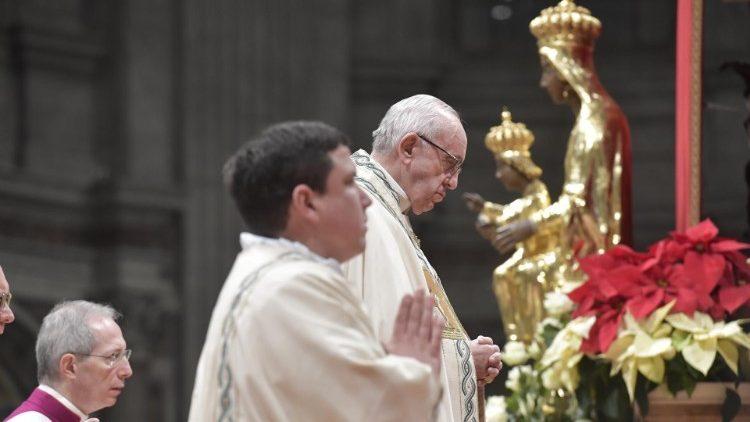 Papa: Dios «nacido de mujer» para plenitud de nuestra humanidad