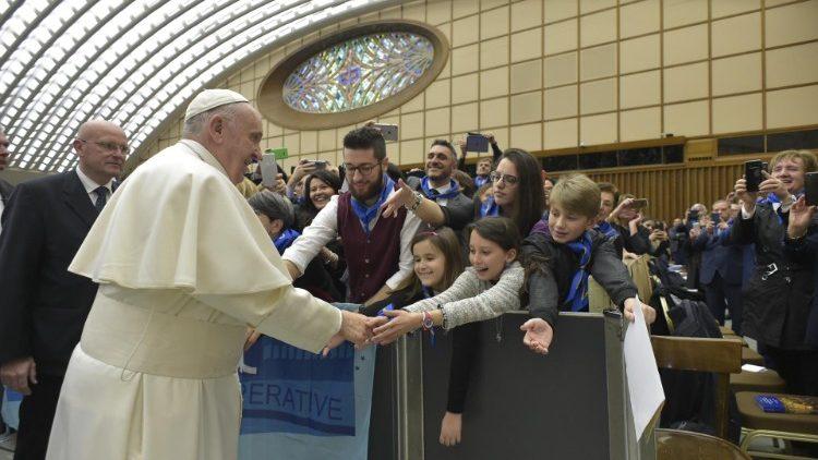 Papa: trabajo cooperativo va contra la mentalidad del mundo