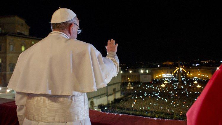 El aniversario de un Papa que nos guía acompañándonos